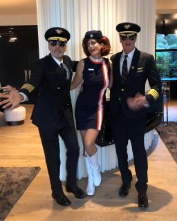 George Clooney i Cindy Crawford jako pilot i stewardessa w stylu retro
