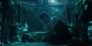 Ten moment może być ważny - Starkowi udaje się na moment podładować hełm; co prawda w dalszym ciągu nagrywa on wiadomość dla Pepper Potts, jednak powstaje pytanie, czy jest to początek odzyskiwania energii elektrycznej na Benatarze
