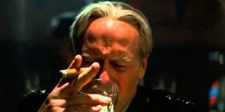 Generał Ross pali cygaro