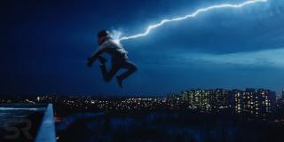 """Uderzenie piorunem, po którym Billy zamienia się w Shazama, to czytelne nawiązanie do komiksu """"Powrót Mrocznego Rycerza"""" Franka Millera - na okładce tomu widzimy Batmana skaczącego na tle nieba Gotham, które rozświetla błyskawica"""