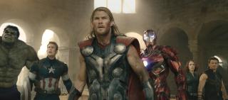 """2015: Rozgrywa się akcja filmu """"Avengers: Czas Ultrona"""". Tony Stark tworzy Ultrona, ten zaś doprowadzi do powstania Visiona. Quicksilver umiera w trakcie bitwy o Sokovię. Thor i Hulk odlatują w odległy rejon Wszechświata. W skład nowych Avengers wchodzą Cap, Czarna Wdowa, Falcon, War Machine, Scarlet Witch i Vision. Thanos zmusza krasnoludy do stworzenia Rękawicy Nieskończoności. Decyduje się także pozyskać Kamienie na własną rękę."""