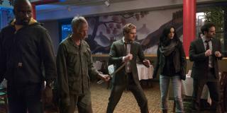 2015-2016: Rozgrywa się akcja superbohaterskich seriali platformy Netflix. Dłoń zostaje pokonana.