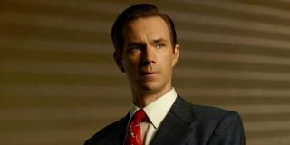 """Gdy Howard Stark wsiada do auta, jego szoferem okazuje się Edwin Jarvis – postać, która inspirowała Tony'ego w trakcie prac nad sztuczną inteligencją, a także jeden z bohaterów serialu """"Agentka Carter""""."""