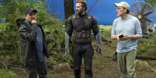 """Sam Joe Russo zagrał jednego z uczestników terapii, na którą chodzi także Steve Rogers – postać reżysera dzieli się tu swoimi przemyśleniami na temat pierwszej randki po pstryknięciu. Joe Russo w filmie """"Kapitan Ameryka: Zimowy żołnierz"""" wcielił się także w chirurga, który operował Nicka Fury'ego."""