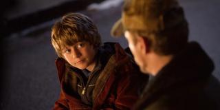 """Na pożegnaniu Starka pojawiają się nie tylko Mściciele, ale również Strażnicy Galaktyki, Maria Hill, Nick Fury czy generał Ross. Widzimy tu jednak również stojącego samotnie nastolatka, znanego z filmu """"Iron Man 3"""" Harleya Keenera."""