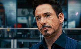 Zmarły Tony zostawił Pepper i Morgan wiadomość w postaci hologramu. Warto zauważyć, że w komiksach Stark szkolił swoją następczynię, Riri Williams, późniejszą Iron Heart, jako sztuczna inteligencja.