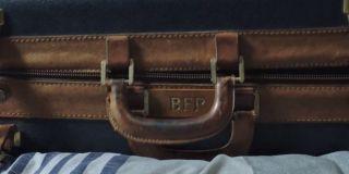 Na walizce, do której Peter pakuje swoje ubrania przed wyjazdem do Europy, pojawiają się litery BFP. To najprawdopodobniej odwołanie do postaci wujka Bena, którego pełne imię w komiksach brzmiało Benjamin Franklin Parker.