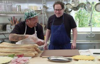 """W końcówce filmu słyszymy utwór """"A message to you Rudy"""" – ten sam, który pojawił się w odcinku programu The Chef Show platformy Netflix z gościnnym udziałem Scarlett Johansson. Przypomnijmy, że gospodarzem widowiska jest ekranowy Happy Hogan, Jon Favreau."""