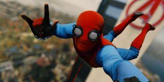 """Gdy w ramach ostatniej sekwencji Parker przemieszcza się po Nowym Jorku, w pewnym momencie sam sobie robi zdjęcie. Poza, jaką przybiera, stanowi dość czytelne nawiązanie do selfie znanych z gry """"Marvel's Spider-Man""""."""