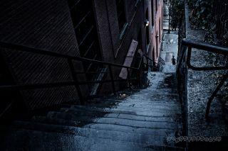 """Schody, po których wchodzi i z których schodzi Arthur, przywodzą na myśl pamiętne schody z Georgetown, pokazane w filmie """"Egzorcysta""""."""