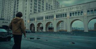 Arthur najpierw szuka w szpitalu Arkham State dokumentacji medycznej swojej matki, w finałowej sekwencji najprawdopodobniej do niego trafia. Azyl Arkham to znana lokacja z komiksów o Batmanie – to tu przetrzymywano wielu z jego najbardziej znanych przeciwników.