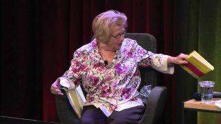 """W programie Murraya pojawia się terapeutka, doktor Sally – to nawiązuje do postaci doktor Ruth Weisenheimer z komisu """"Powrót Mrocznego Rycerza"""", wzorowanej na słynnej w latach 80. seksuolożce, doktor Ruth Westheimer."""