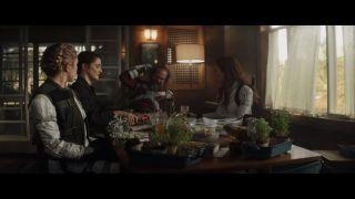 """W trailerze Natasza, Yelena, Aleksij i Melina nazwani są """"rodziną"""", przy czym słowo to ma w pierwszej kolejności ironiczny wydźwięk. Warto jednak odnotować, że w serii """"Black Widow: Deadly Origin"""" Romanow poślubiła Aleksija w ramach ostatniej próby ucieczki od życia agentki, natomiast Szostakow upozorował własną śmierć, by później rozpocząć trening jako Red Guardian."""