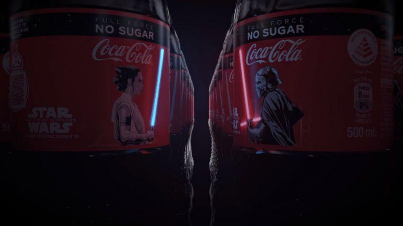 Gwiezdne wojny: Skywalker. Odrodzenie – świecące miecze świetlne na butelkach Coca-Coli
