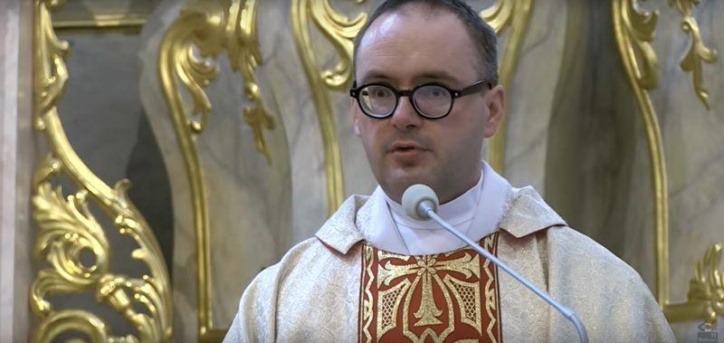 Dawid Ogrodnik jako ksiądz Jan Kaczkowski. Pierwsze zdjęcia