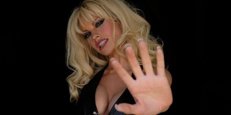 Pam & Tommy - Lily James to Pamela Anderson. Nowe zdjęcie znów szokuje