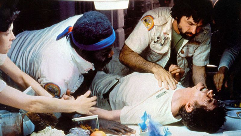 Alien - wiemy już, co naprawdę robią Obcy po rozpruciu klatki piersiowej żywiciela