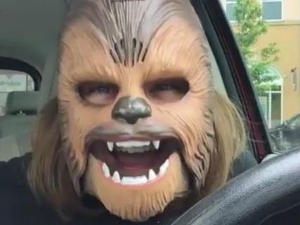 Kobieta w masce Chewbacki spotkała reżysera Gwiezdnych Wojen – zobacz wideo
