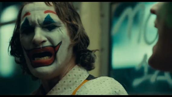Joker - mężczyzna cierpiący na patologiczny śmiech chwali kreację Phoenixa