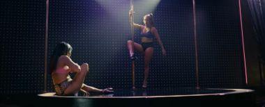 Hustlers - zwiastun filmu. Jennifer Lopez tańczy na rurze i naciąga ludzi