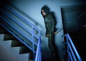 Arrow - ten zaskakujący powrót irytuje Olivera. Zobacz zdjęcie z 8. sezonu
