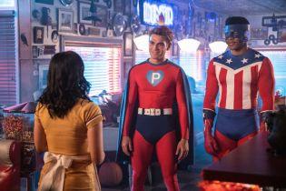 Riverdale - zdjęcia z halloweenowego odcinka. Archie w pelerynie