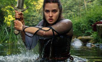 Przeklęta - nowe zdjęcia z serialu fantasy Netflixa. Excalibur i inne spojrzenie na legendę arturiańską