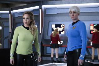 Legends of Tomorrow - zdjęcia z nadchodzącego odcinka. Parodia Star Trek, Downton Abbey i Przyjaciół