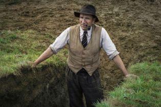 Wykopaliska - Ralph Fiennes na pierwszych zdjęciach z filmu Netflixa