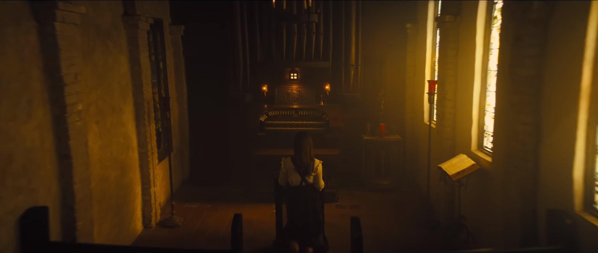W początkowej fazie zwiastuna widzimy modlącą się w kościele kobietę – wielu z nas początkowo sądziło, że jest to Huntress. Jeśli jednak przyjrzymy się scenie, w której Czarna Maska podchodzi do trzech wiszących do góry nogami kobiet, zauważymy, że jedna z nich ma na sobie dokładnie te same ubrania, co modląca się w kościele. Spekuluje się, że złoczyńca może znęcać się nad reprezentantkami płci żeńskiej z Gotham, czym narazi się tytułowym bohaterkom, a co jednocześnie wpisze się w emancypacyjny wątek historii.