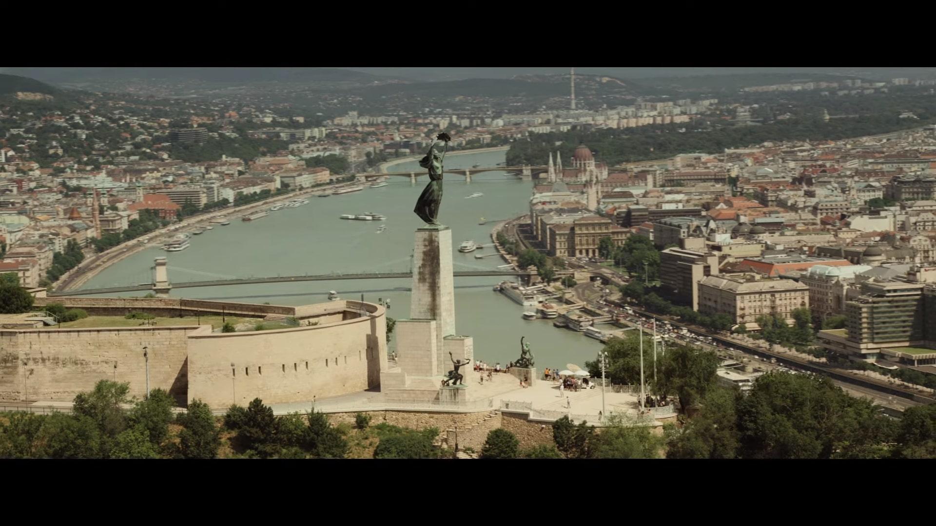 """Wygląda na to, że przynajmniej pierwsza część filmu będzie rozgrywać się w Budapeszcie. Już z poprzednich odsłon MCU wiemy, że miasto to miało wpływ na działania Czarnej Wdowy – w produkcji """"Avengers"""" wraz z Hawekeyem mówiła ona, że walka z Chitauri przypomina jej Budapeszt, natomiast w """"Avengers: Końcu gry"""" Clint wzmiankuje o """"długiej podróży do Budapesztu"""". Wszystko wskazuje na to, że to właśnie w stolicy Węgier doszło do ich pierwszego spotkania."""