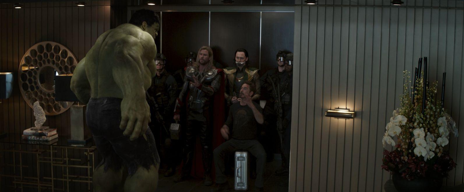 """Sekwencja początkowa z przejęciem Tesseraktu pochodzi oczywiście z filmu """"Avengers: Koniec gry"""", pokazując de facto to, co działo się w produkcji """"Avengers"""" z 2012 roku. Warto jednak zauważyć, że twórcy serialu nie zdecydowali się na nakręcenie nowych scen z członkami obsady filmu; dołączono jedynie krótkie i pozbawione dialogów ujęcia z Lokim, które ukazują wydarzenia z innej perspektywy."""