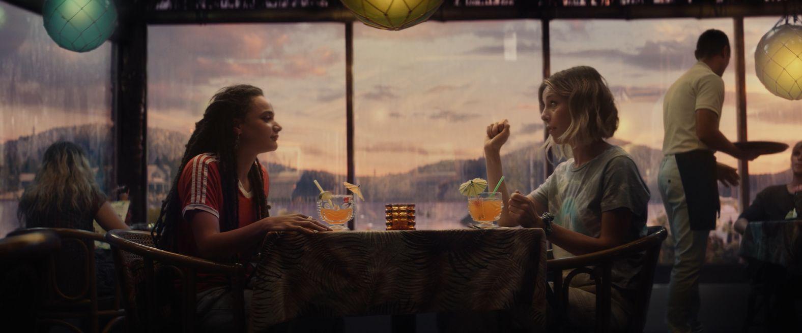 """W sekwencji początkowej Sylvie mówi o """"mrożeniu"""" umysłu. Choć wypowiedź ta ma znaczenie metaforyczne, niektórzy dopatrują się tutaj nawiązania do faktu, że bohaterka – podobnie jak Loki – może pochodzić od Lodowych Gigantów, dzięki czemu jest odporna na działanie zimna."""